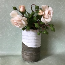 Lançons des fleurs à nos mamans ... et le vase qui va avec ! Bricolage enfant DIY craft vase en ciment cadeau fête des mères Image à la une