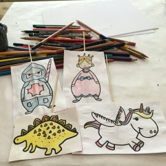 Petit théâtre d'été simplissime DIY bricolage enfants craft recyclage jeu fait maison imagination créativité Et sinon princesse chevalier licorne et dragon
