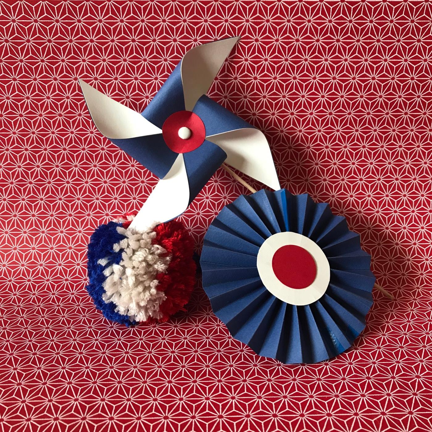 Tous français cette semaine bricolage enfant DIY craft bleu-blanc-rouge cocarde moulin à vent pompon en laine patriotes image à la une