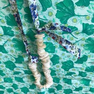 Le collier de Josiane diy bricolage en famille craft enfant ruban graines de courges Image à la une