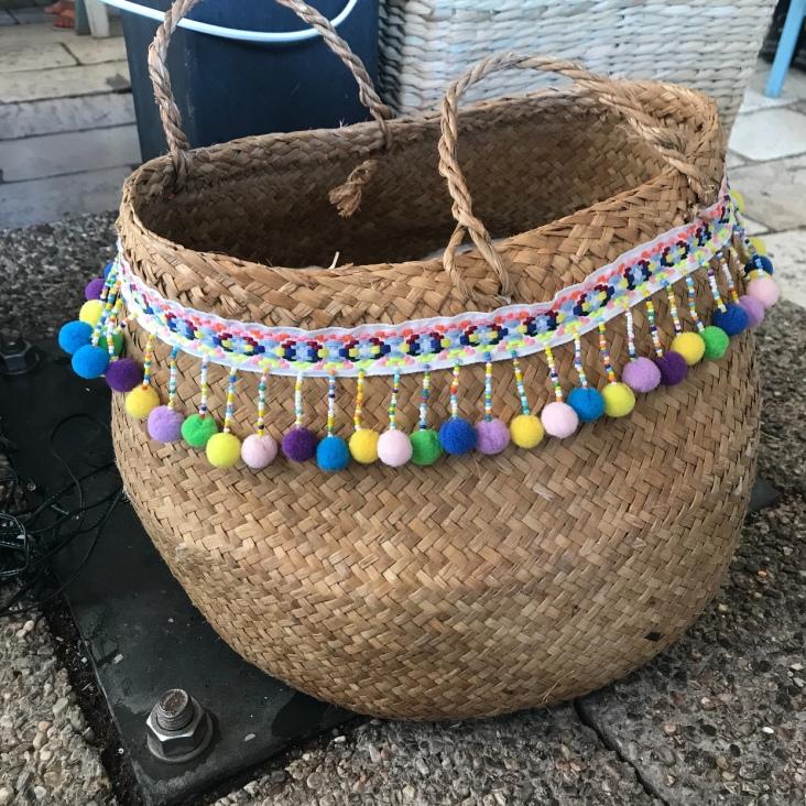 Panier d'été pompons perles ruban customisation déco rafraîchissement bricolage diy craft enfant famille et sinon 1