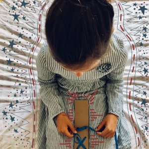Fais tes lacets toi-même carton recyclage apprentissage recyclage DIY bricolage enfant craft for kids Image à la une