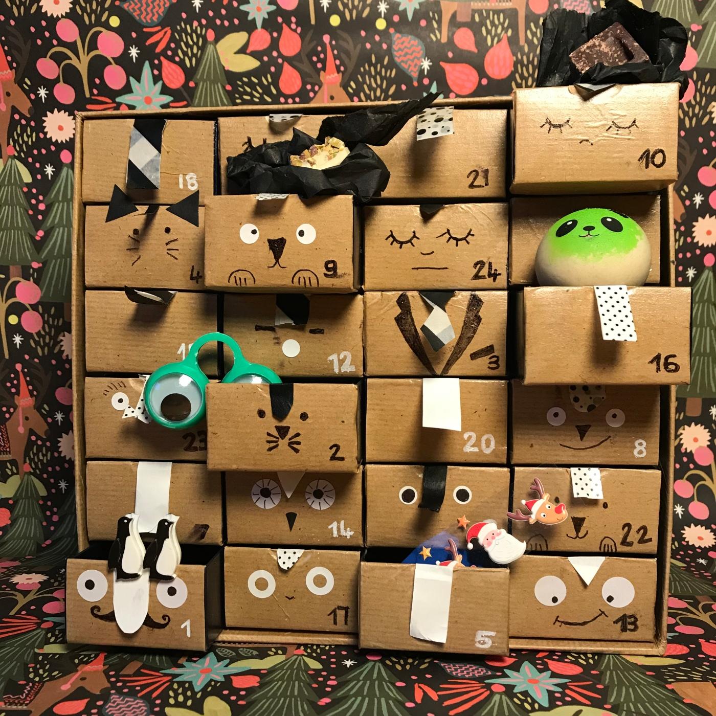 Calendrier en noir et blanc - DIY - bricolage enfant - craft for kids - calendrier de l'avent - papier - recyclage - Image à la une