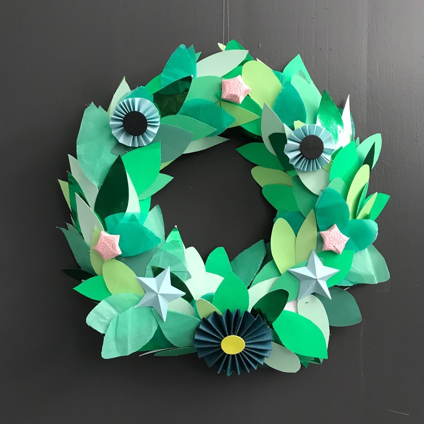 Couronne de porte - DIY - bricolage enfant - craft for kids - couronne de Noël -avent - origami- papier - recyclage- image à la une