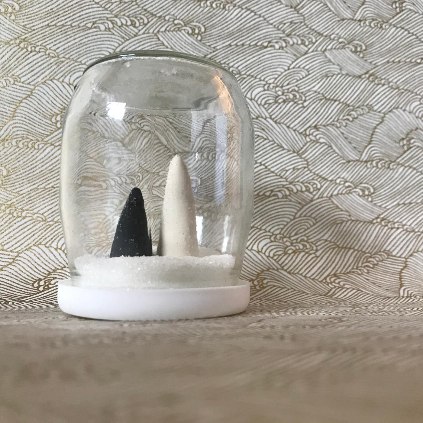 Petit décor d'hiver en noir et blanc - boule à neige -DIY - bricolage enfant - craft for kids - pot de yaourt - recyclage -pâte autodurcissante - Image à la une
