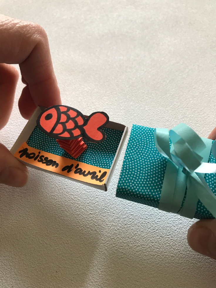 Petit poisson d'avril ... hihihi ! - bricolage enfant - DIY - craft for kids - boîte à message - blague - 1er avril - papier - GIF