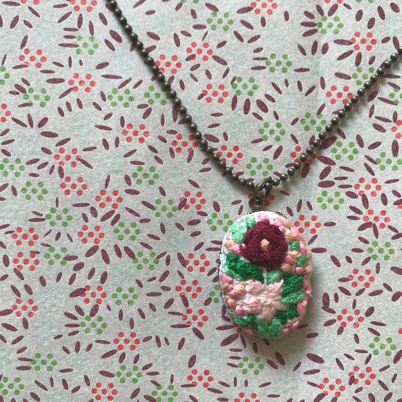 Collier brodé à l'ancienne - DIY - bricolage enfants - craft for kids - pendentif - broderie - fleurs - collier - médaillon - Image à la une
